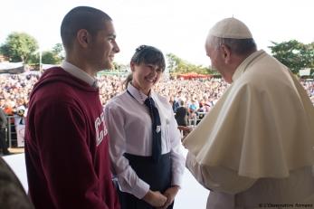 foto Papa con alumnos en Paraguay 2